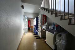 廊下の様子。自動販売機が設置されています。(2018-04-13,共用部,OTHER,1F)