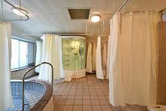 大きな空間にシャワーブースが6個。カーテンで仕切られています。(2018-04-13,共用部,BATH,1F)