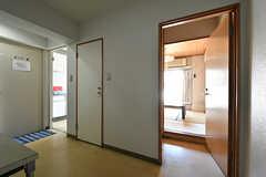 廊下の様子。手前が和室、奥がキッチンです。(2018-04-13,共用部,OTHER,1F)