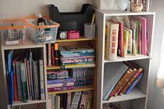 本棚には英語や中国語などの本が多め。(2018-04-13,共用部,OTHER,1F)