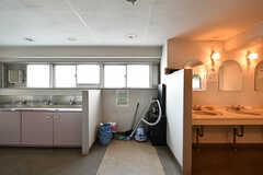 女性専用水まわり設備の様子。右手が洗面台とトイレ、左手がランドリースペースです。(2018-04-13,共用部,OTHER,2F)