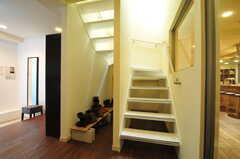 階段脇にブーツを置くスペースがあります。(2013-04-16,周辺環境,ENTRANCE,2F)