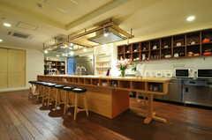 ラウンジの様子。大きなテーブルがセンターにあります。(2013-04-16,共用部,LIVINGROOM,2F)
