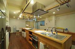 アイランドキッチンの様子。(2013-04-16,共用部,KITCHEN,2F)