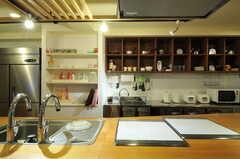 アイランドキッチンの様子2。(2013-04-16,共用部,KITCHEN,2F)