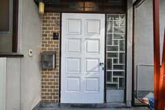 シェアハウスの玄関。DIYで塗装されています。(2020-11-05,周辺環境,ENTRANCE,1F)