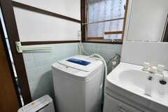 洗濯機の様子。除湿機も設置されています。(2020-11-05,共用部,LAUNDRY,1F)