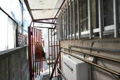 物干し場の様子。屋根付きで、物干しハンガーも用意されています。(2020-11-05,共用部,OTHER,1F)