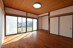 専有部の様子。大きな掃き出し窓がポイント。(101号室)(2016-03-01,専有部,ROOM,1F)