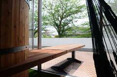 屋外まで飛び出した、大きなテーブル。(2015-06-02,共用部,LIVINGROOM,1F)