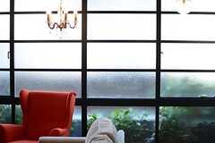 格子状の窓からたくさんの陽が注がれます。(2015-12-09,共用部,LIVINGROOM,1F)