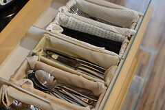食器棚の引き出しにはカトラリーが並びます。(2015-12-09,共用部,KITCHEN,1F)
