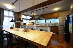 ダイニングテーブルの様子2。奥にキッチンがあります。(2016-01-20,共用部,OTHER,2F)