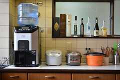 キッチン家電の様子。ウォーターサーバーやノンフライフライヤーも設置されています。(2016-01-20,共用部,KITCHEN,2F)