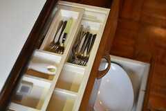 カトラリーや皿類は引出しに収納されています。(2016-01-20,共用部,KITCHEN,2F)