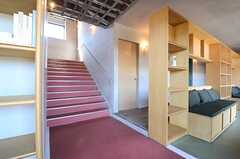 階段の様子。2Fへ向かいます。(2016-02-03,共用部,OTHER,1F)