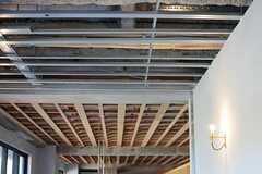 天井はハードな趣き。(2016-02-03,共用部,LIVINGROOM,2F)
