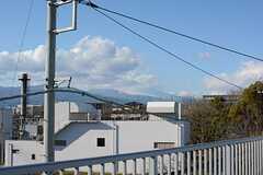 雲に隠れていますが、富士山がちらりと見えます。(2016-02-03,共用部,OTHER,3F)
