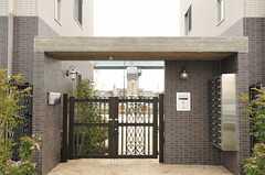 シェアハウスの正面玄関。門扉はオートロックです。(2014-03-27,周辺環境,ENTRANCE,1F)