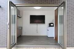 共用TVが壁に掛けられています。パティオ(中庭)全体はリビングのような機能を持っています。コモンルームは10時~21時まで利用できます。(2014-03-27,共用部,TV,1F)
