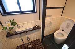 ウォシュレット付きトイレの様子。手洗い場も用意されています。(2014-06-09,共用部,TOILET,1F)
