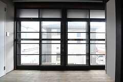 壁一面の掃き出し窓。(202号室)(2014-06-09,専有部,ROOM,2F)