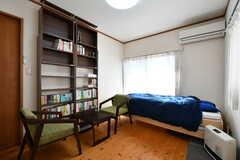 ドミトリーの様子2。本棚は全員の共用です。(101室)(2020-02-10,専有部,ROOM,1F)