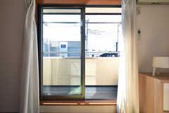 掃き出し窓からベランダに出られます。(203号室)(2020-02-10,専有部,ROOM,2F)