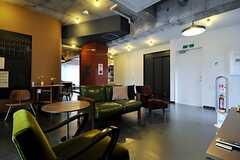ラウンジの様子。スペースは奥にも続いています。(2013-09-02,共用部,LIVINGROOM,2F)
