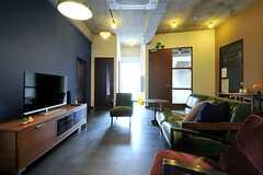 左手奥のドアは喫煙ルームです。(2013-09-02,共用部,LIVINGROOM,2F)