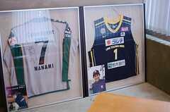 オーナーさんの私物だそうですが、スポーツ選手のサイン入りユニフォームが飾られています。(2013-09-02,共用部,LIVINGROOM,2F)