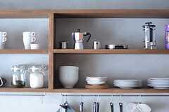 壁に取り付けられた棚は、飲食店で見かけるようなオシャレなデザイン。(2013-09-02,共用部,KITCHEN,2F)