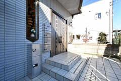 玄関ドアの横に部屋ごとに郵便受けが設置されています。(2019-11-29,周辺環境,ENTRANCE,1F)
