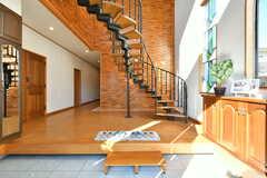 玄関から見た内部の様子。階段と奥の壁がインパクト抜群。(2019-11-29,周辺環境,ENTRANCE,1F)
