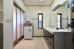 脱衣室の様子。洗面台と洗濯機、乾燥機が設置されています。(2019-11-29,共用部,BATH,1F)