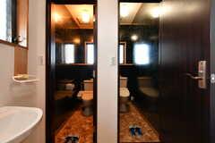 トイレは2室並んでいます。(2019-11-29,共用部,TOILET,1F)