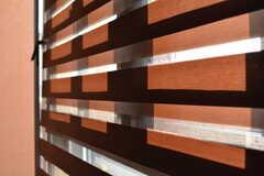 ロールカーテンは2枚重なっていて、光量を調節できます。(2019-11-29,共用部,LIVINGROOM,2F)