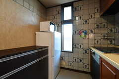 小さめの冷蔵庫と電子レンジが備わっています。(2019-11-29,共用部,KITCHEN,2F)