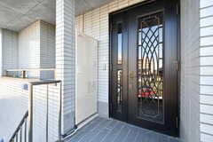 外から見た玄関ドアの様子。(2019-11-29,周辺環境,ENTRANCE,2F)
