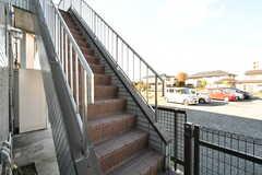 2階の玄関に続く外階段。(2019-11-29,周辺環境,ENTRANCE,1F)