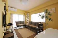 リビングの様子。壁は黄色に塗装されています。(2011-10-06,共用部,LIVINGROOM,2F)