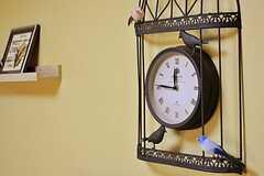 リビングの壁には、アイアン製の時計が掛けられています。(2011-10-06,共用部,OTHER,2F)