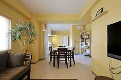 リビングの奥はダイニングテーブル、キッチンがあります。(2011-10-06,共用部,LIVINGROOM,2F)