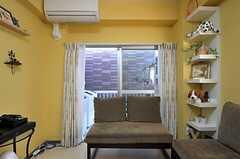 リビングの掃き出し窓から、洗濯機が置かれたベランダに出られます。(2011-10-06,共用部,LIVINGROOM,2F)