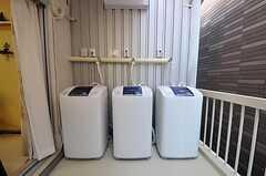 ベランダに置かれた洗濯機の様子。(2011-10-06,共用部,LAUNDRY,2F)