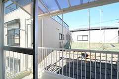 ベランダの様子。屋根付きです。(303号室)(2011-10-06,専有部,ROOM,3F)