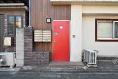 玄関ドアの様子。(2021-07-19,周辺環境,ENTRANCE,1F)