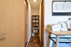 キッチンの対面にシャワールームの入り口があります。バスグッズを置いておける収納棚を挟んで、両側にシャワールームが設置されています。(2021-07-19,共用部,OTHER,2F)