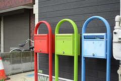 通りに面してポストが並んでいます。棟ごとに色分けされています。(2017-09-06,周辺環境,ENTRANCE,1F)