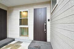 玄関ドアの様子。建物はひとつですが、室内は3棟に分かれています。(B棟)(2017-09-06,周辺環境,ENTRANCE,1F)